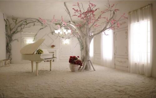 Комната с роялем и цветущим деревом
