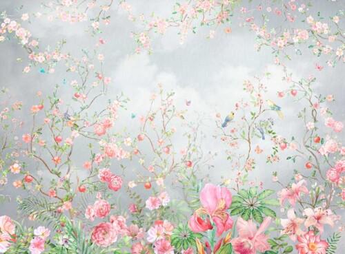 Нежные цветы роз и цветущие деревья на фоне пасмурного неба