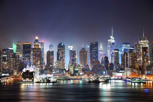 Вид на ночной город на побережье океана
